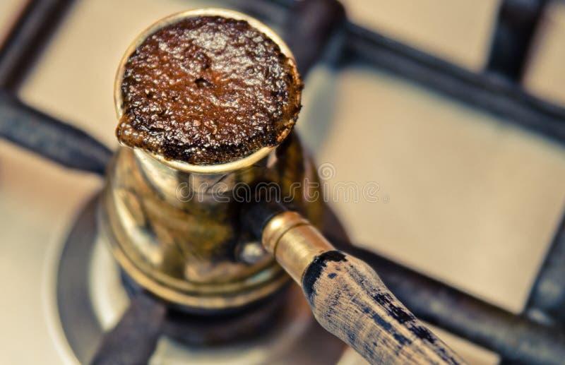 Café de ebulição no cezve no fogão foto de stock