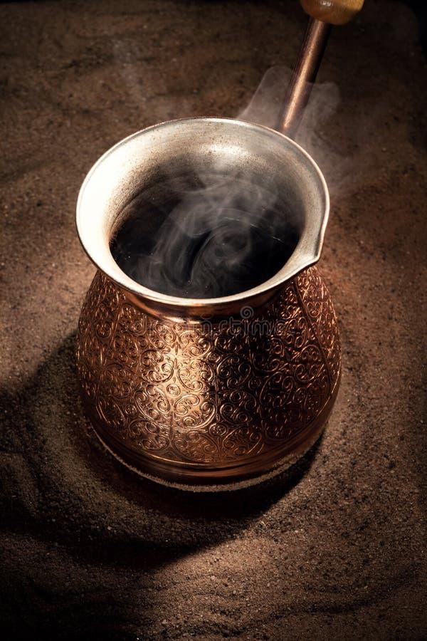 Café de ebullición en el café turco de cobre que prepara el pote foto de archivo libre de regalías