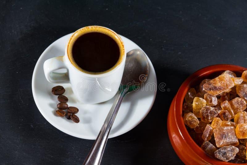 Café de Expresso com os feijões pelo açúcar alemão Brauner Kandis da rocha mim foto de stock royalty free