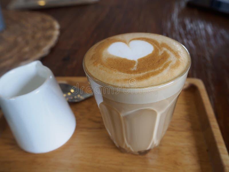 """Café de flautín del latte, taza de la firma Un ristretto tiró 15 el †""""20 fotografía de archivo"""
