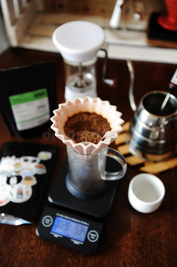 Café de floraison dans le dispositif d'écoulement en céramique rose d'origami avec le filtre de papier Brassage alternatif de caf photos libres de droits