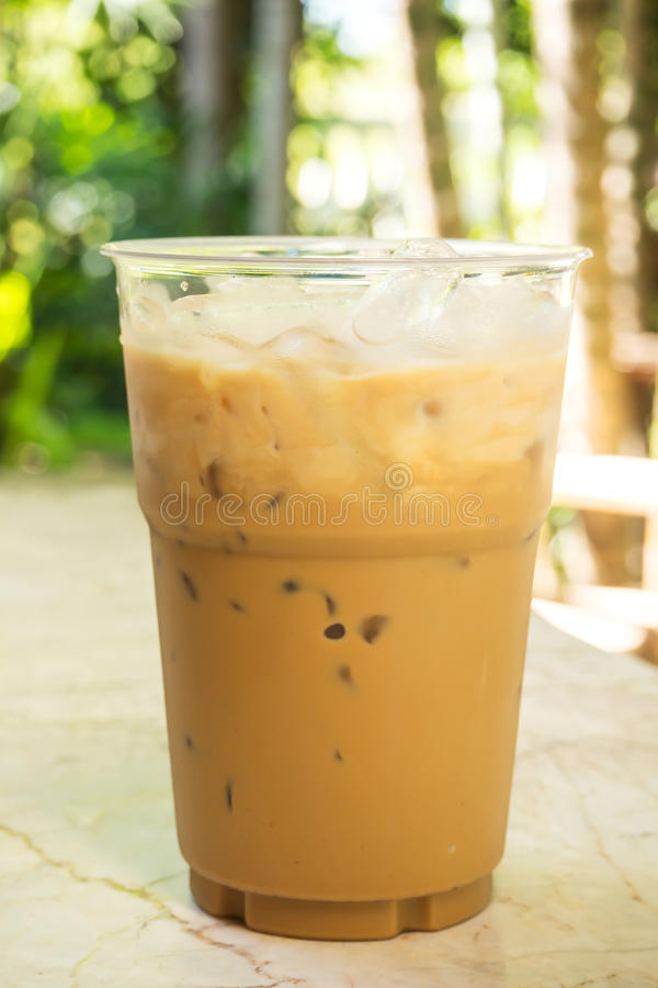 Café de gelo no copo plástico fotografia de stock royalty free