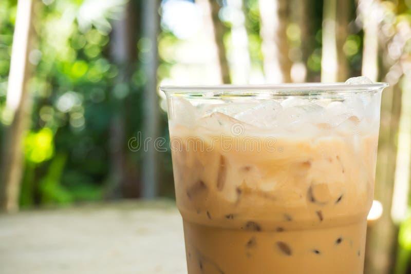 Café de gelo no copo plástico foto de stock