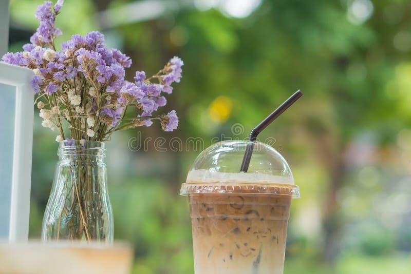 Café de gelo no plástico claro com flores secas imagem de stock royalty free