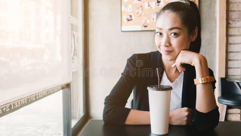 Café de glace de boissons de femme images libres de droits