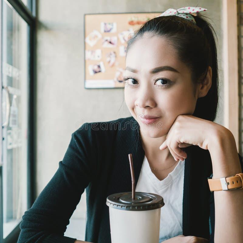Café de glace de boissons de femme image stock