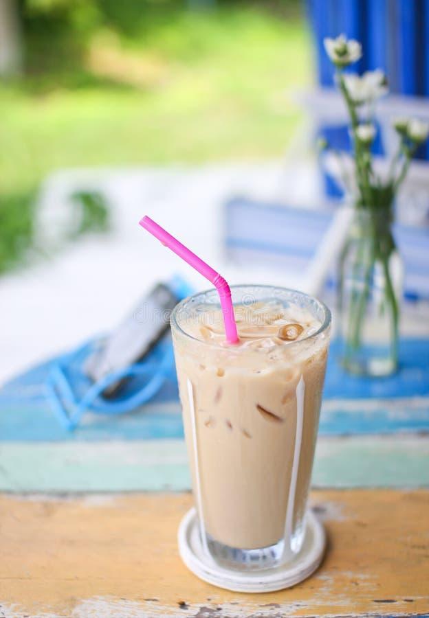 Café de glace sur la table en bois grunge image libre de droits