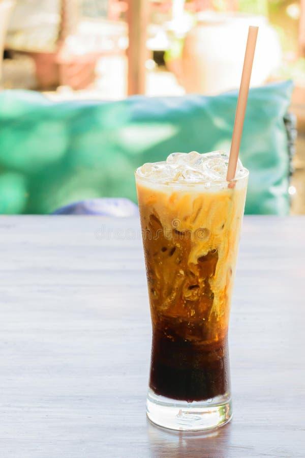 Café de hielo en el de madera imagenes de archivo