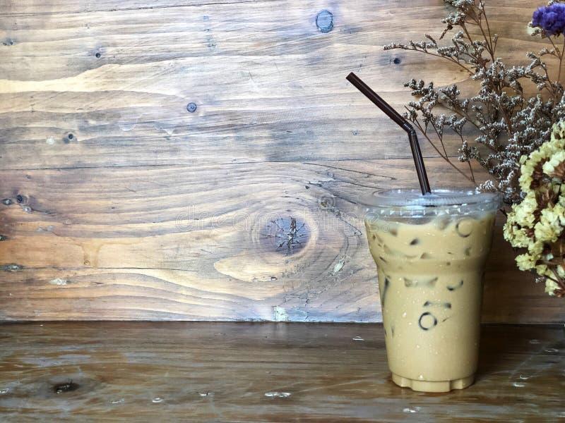 Café de hielo en taza plástica y tubo marrón, imagen de archivo libre de regalías