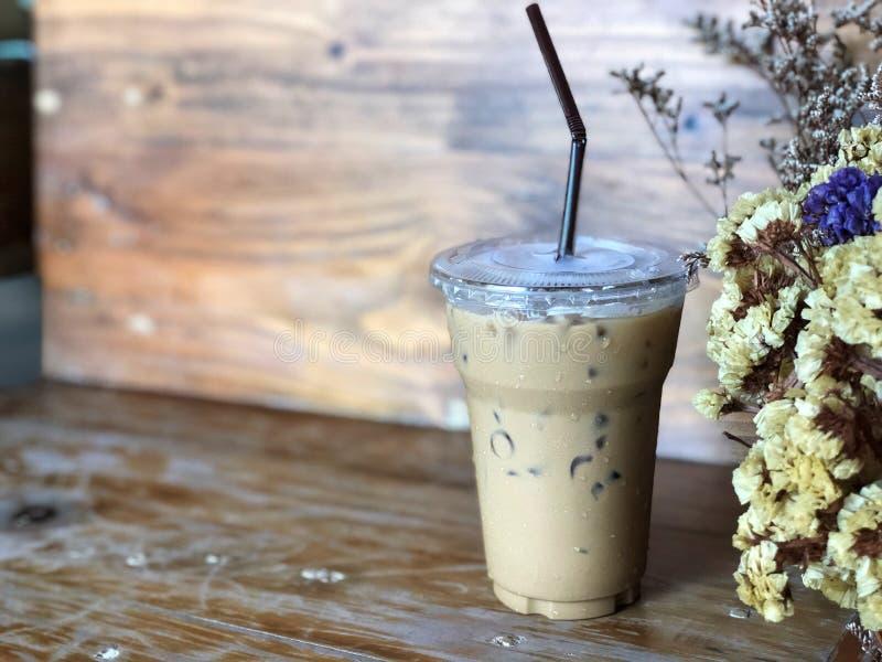 Café de hielo en taza plástica y tubo marrón, foto de archivo libre de regalías