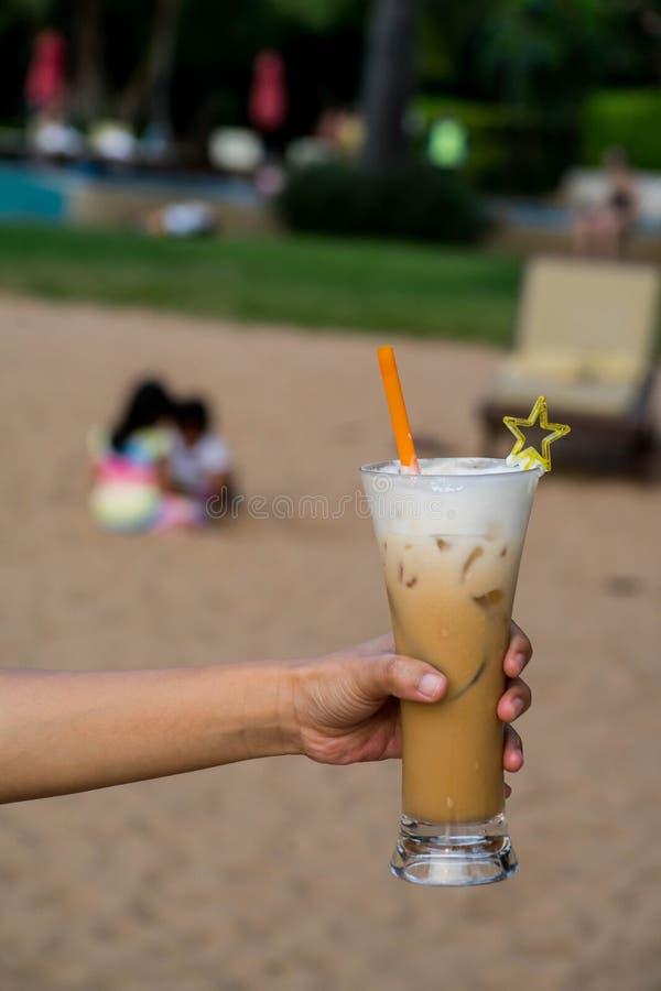 Café de hielo a mano en el océano foto de archivo libre de regalías