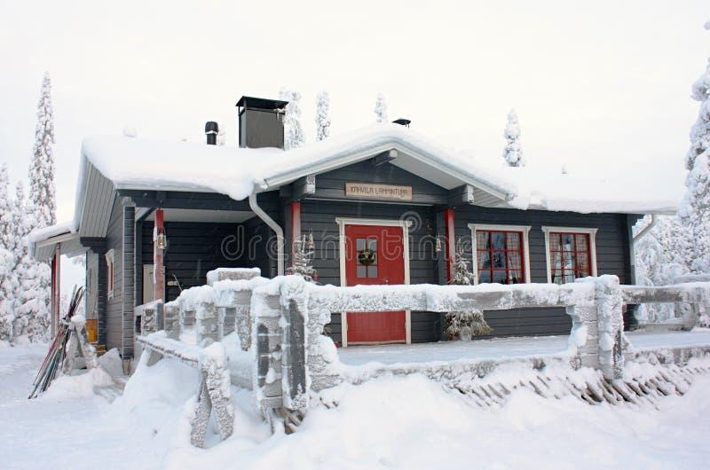 Café d'hiver dans la forêt près de Ruka, Finlande image libre de droits