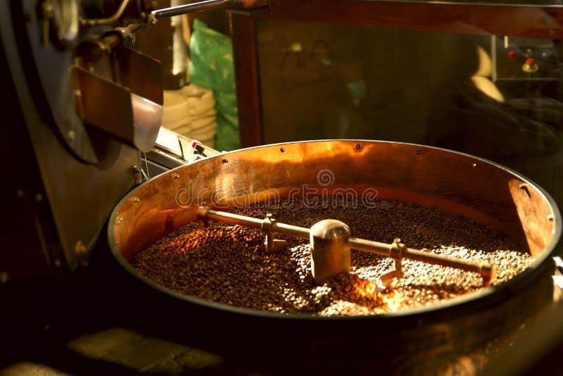 Café de la asación granos de café en una máquina de la asación fotografía de archivo