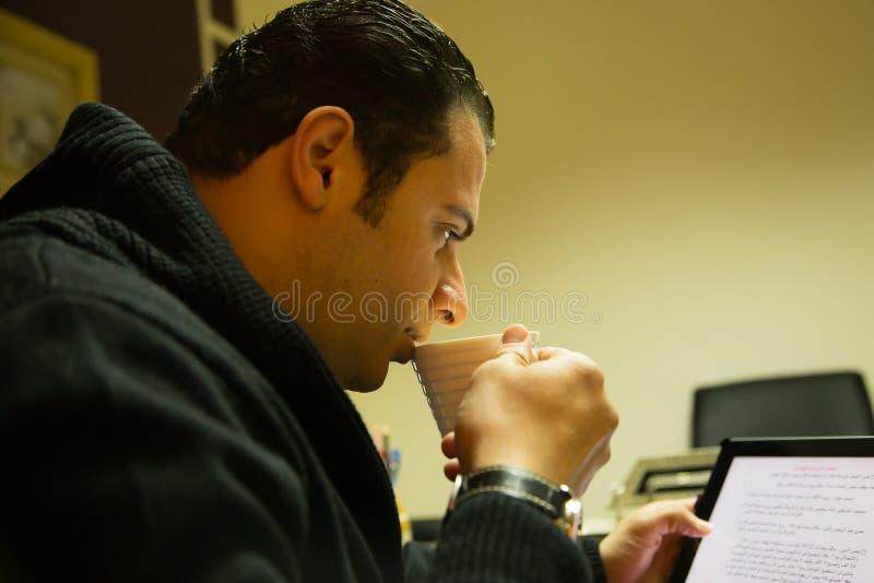 Café de la bebida del hombre imagen de archivo libre de regalías