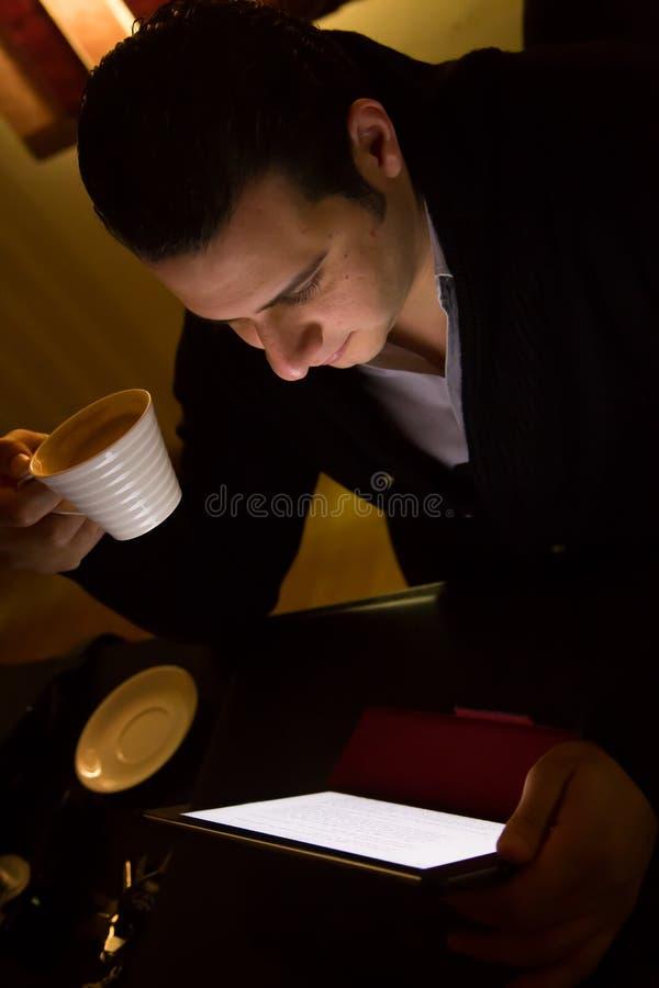 Café de la bebida del hombre fotografía de archivo libre de regalías