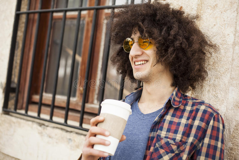 Café de la bebida del hombre joven fotos de archivo