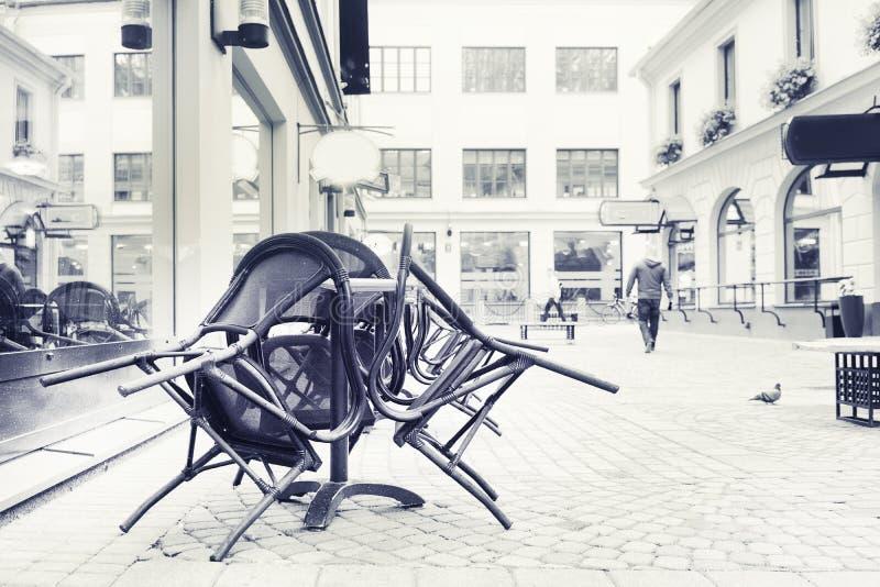 Café de la calle del verano de las sillas apilado junto foto de archivo libre de regalías