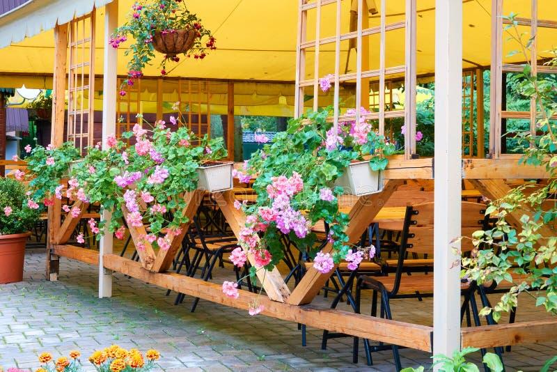 Café de la calle del vintage debajo del toldo Muchas flores coloridas en hangi imagen de archivo libre de regalías