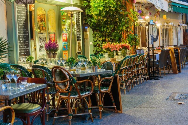 Café de la calle en Mougins en la noche, Francia imágenes de archivo libres de regalías