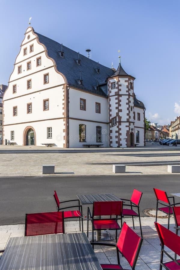 Café de la calle que pasa por alto el arsenal histórico en la ciudad de Schwein imagen de archivo