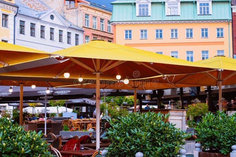 Café de la calle de la terraza en la ciudad vieja de Riga Letonia fotografía de archivo libre de regalías