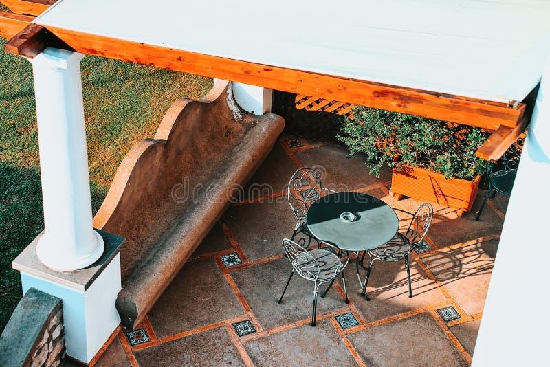 Café de la calle y tabla y silla del restaurante en la isla de Capri foto de archivo libre de regalías