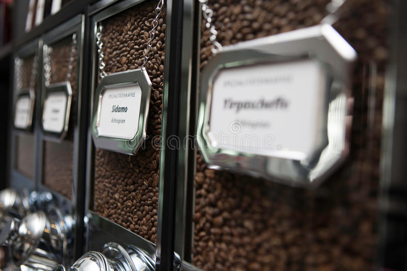 Café de la especialidad en el dispensador - cafetería imagenes de archivo