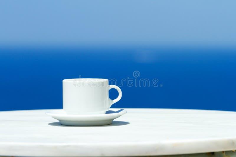 Café de la mañana en Santorini fotos de archivo libres de regalías