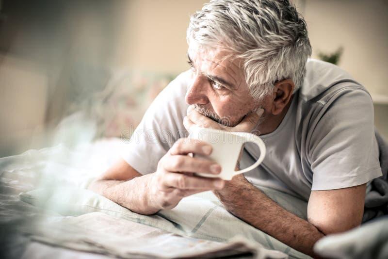 Café de la mañana Hombre en cama fotos de archivo