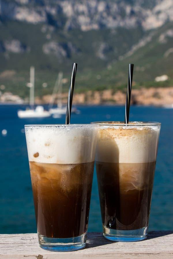 Café de la mañana por el mar foto de archivo libre de regalías