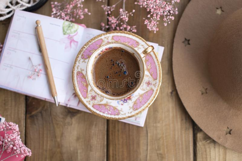 Café de la mañana y sombrero fragantes del ` s de las mujeres, planeamiento del día Desayuno y flores rápidos Copie el espacio imagenes de archivo