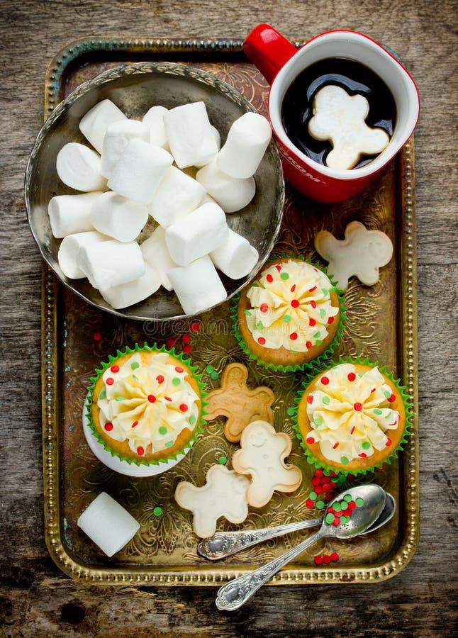 Café de la melcocha de las galletas de los hombres de pan de jengibre de las magdalenas de la Navidad - imagen de archivo