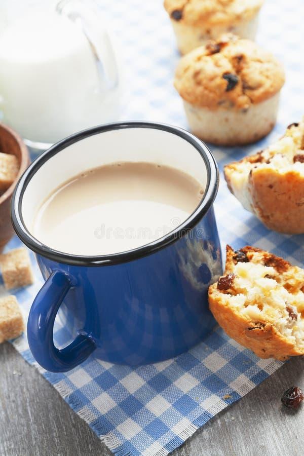 Café de la taza con leche y molletes imagen de archivo libre de regalías