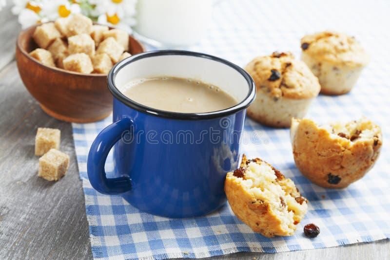 Café de la taza con leche y molletes fotografía de archivo libre de regalías
