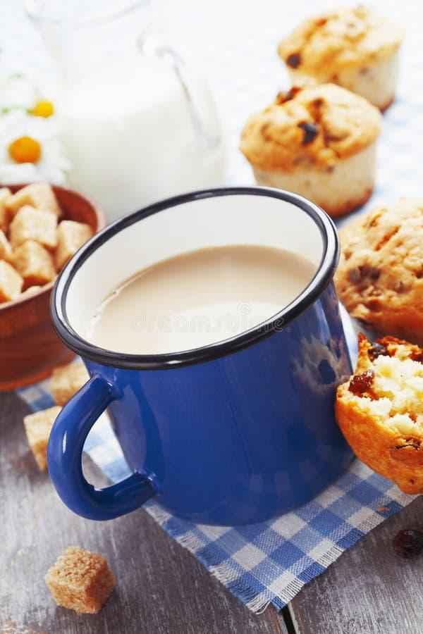 Café de la taza con leche y molletes imagenes de archivo