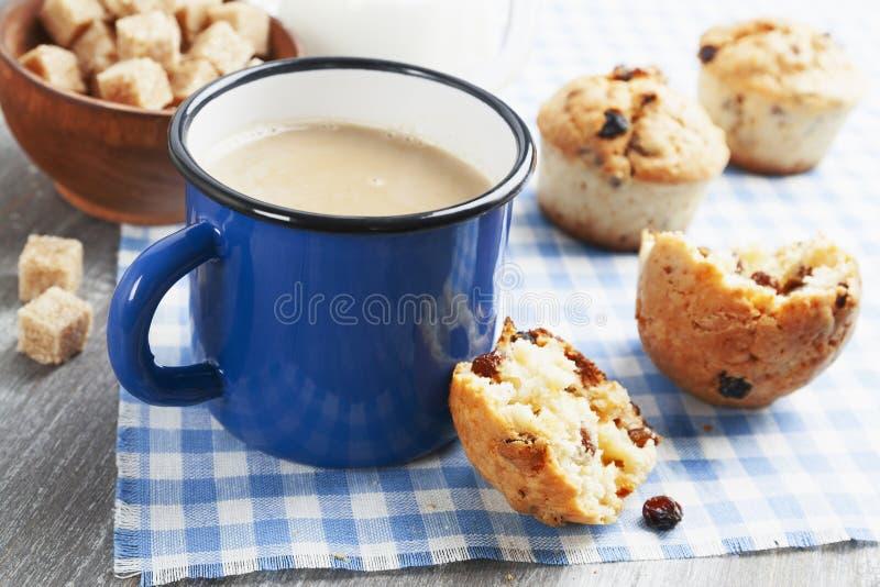 Café de la taza con leche y molletes foto de archivo
