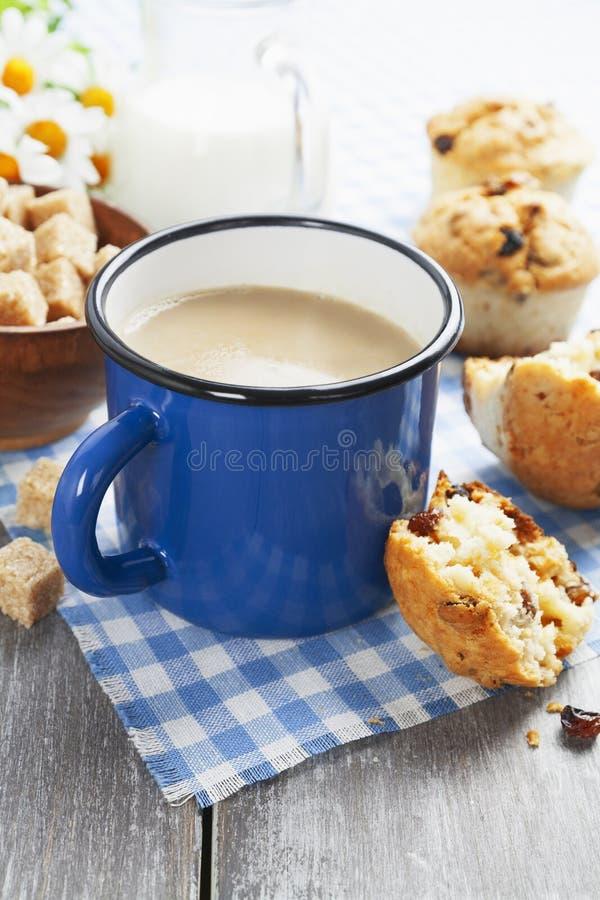 Café de la taza con leche y molletes imágenes de archivo libres de regalías