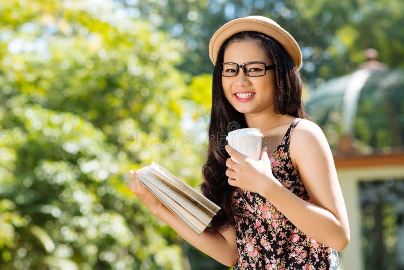 Café de lectura y de consumición imágenes de archivo libres de regalías
