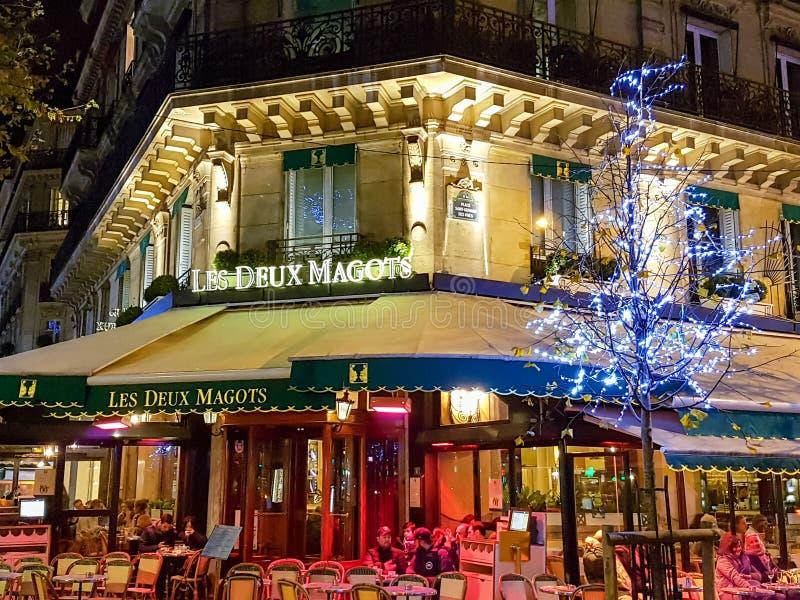 Café de Les Deux Magots em Paris foto de stock