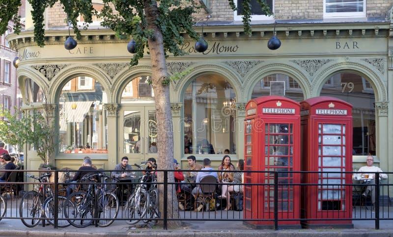 Café de Londres, rua principal de Marylebone, Inglaterra foto de stock