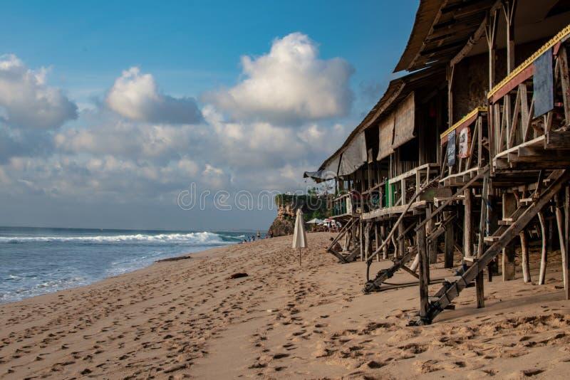 Café de madeira na praia de Bali, Oceano Índico imagem de stock royalty free