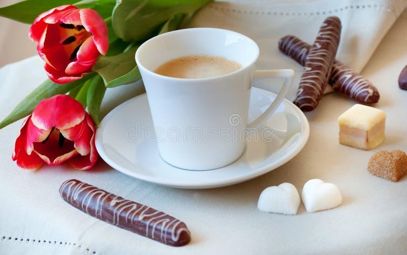 Café de matin avec des biscuits et des fleurs photos stock