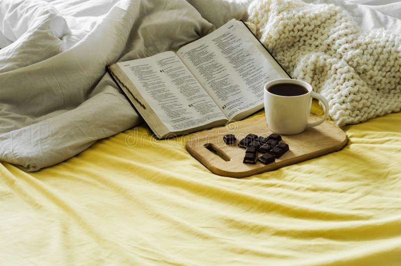 Café de matin avec la bible illuminée par lumière du soleil Tasse de café avec Christian Bible Chambre à coucher blanche Tasse de photo libre de droits