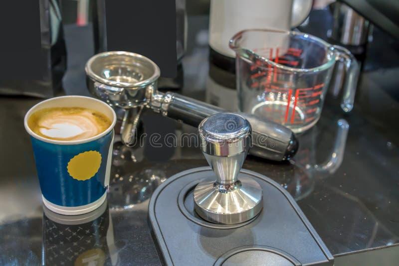 Café de matin dans la tasse bleue par le bourreur propre d'acier inoxydable et le p images libres de droits
