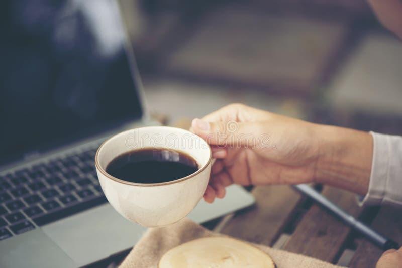 Café de matin La femme tient une tasse de café, concept d'affaires images stock