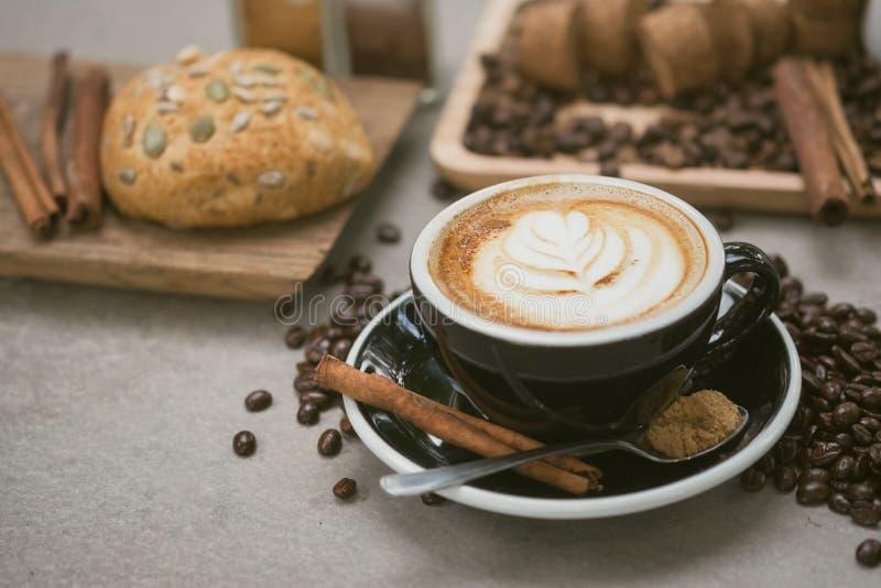 Café de matin, café de Latte dans la tasse sur la table, ton de vintage image libre de droits