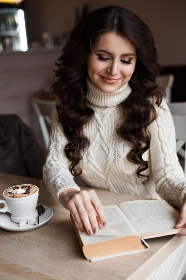 caf de matin plaisir elle a ferm ses yeux fille tonnante lisant un livre et un sourire elle. Black Bedroom Furniture Sets. Home Design Ideas