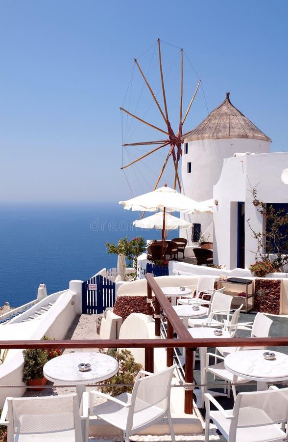 Café de moulin de vent, Santorini, Grèce photos stock