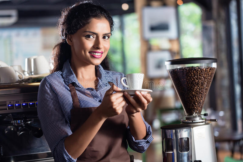 Café de oferecimento do barista indiano foto de stock