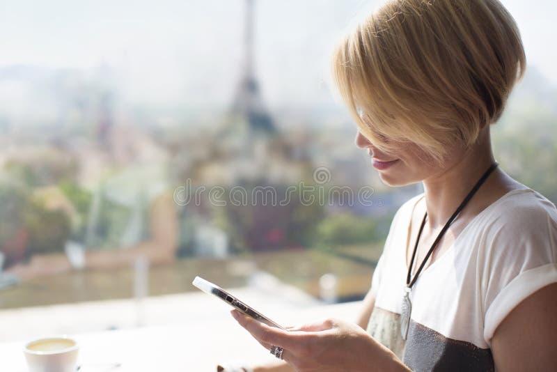 Café de Paris do smartphone da mulher foto de stock